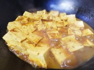 家常烧豆腐,汤汁快要收尽。