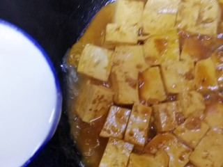 家常烧豆腐,沿锅边一圈倒入水淀粉(水淀粉倒入前搅拌一下)