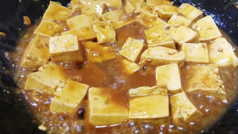 家常烧豆腐,大火烧开,至汤汁粘稠,铲子轻轻翻动,不要让都豆腐粘锅。
