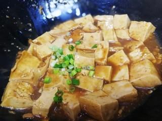 家常烧豆腐,洒上葱花,即可出锅。