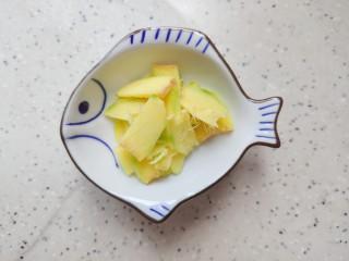 豆腐鱼头汤,生姜去皮洗净之后切成薄片,备用