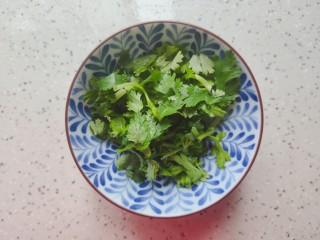 豆腐鱼头汤,香菜切碎