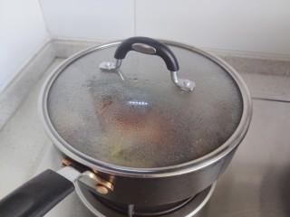 豆腐鱼头汤,盖上锅盖,转中小火焖煮15-20分钟