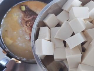 豆腐鱼头汤,加入豆腐