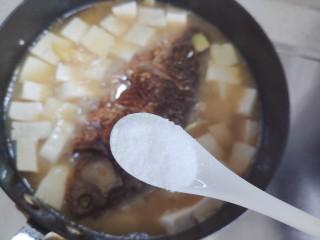 豆腐鱼头汤,加一小勺细盐