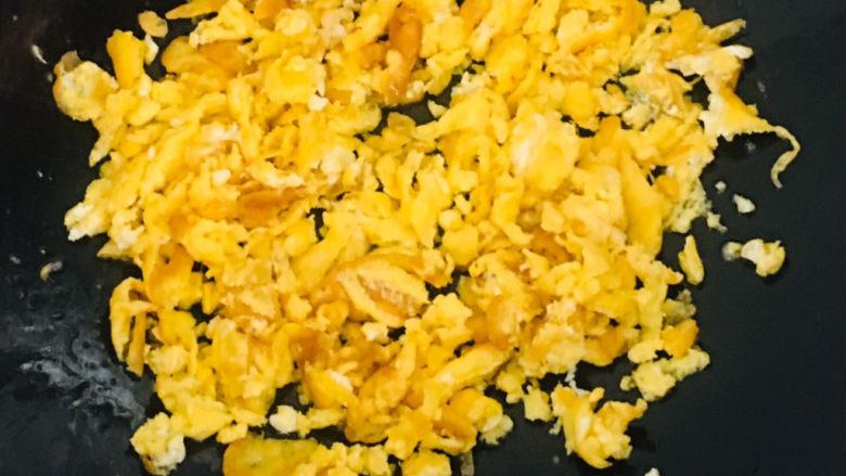 韭菜锅贴,用铲子把鸡蛋铲碎~