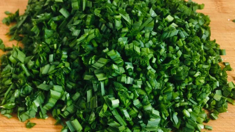 韭菜锅贴,韭菜切碎~