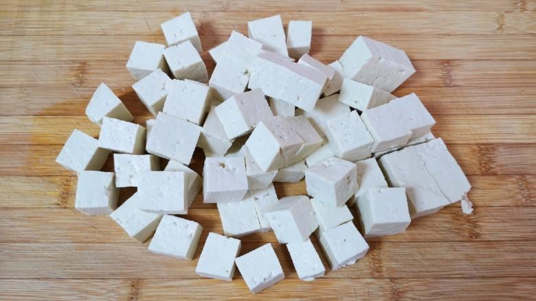 家常烧豆腐,<a style='color:red;display:inline-block;' href='/shicai/ 4986'>老豆腐</a>用水冲洗一下,切成2厘米大小的方块。
