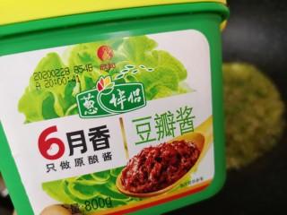 老北京炸酱面,准备好豆瓣酱。