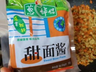 老北京炸酱面,准备好甜面酱。