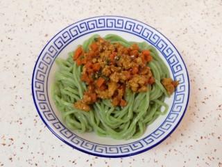 老北京炸酱面,将面条盛在碗里,浇上胡萝卜肉酱。