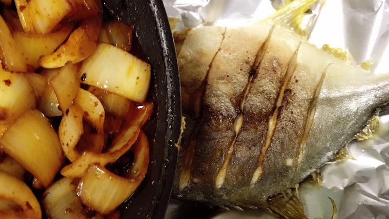 老干妈风味烤鱼,炒断生后均匀地擀倒鱼身上