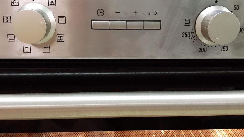 老干妈风味烤鱼,放入提前200预热的烤箱中,烤20分钟
