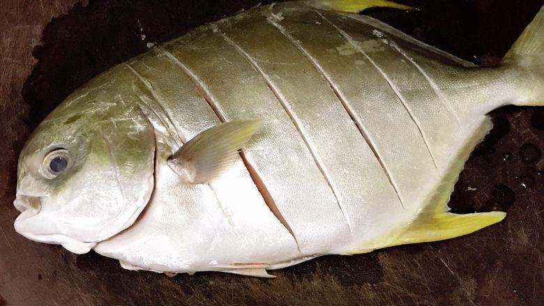 老干妈风味烤鱼,王特昌鱼去鳃去内脏后用厨房纸巾拭干水分,鱼身上各切几刀(方便入味方便方便烤熟)