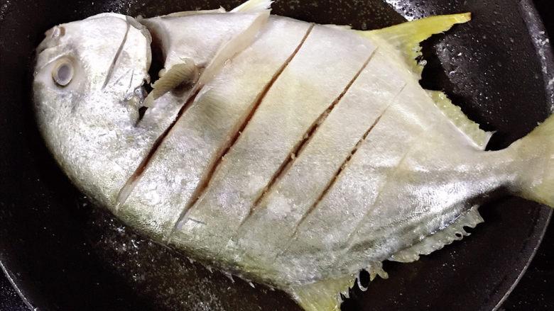 老干妈风味烤鱼,放入王特昌鱼煎至金黄