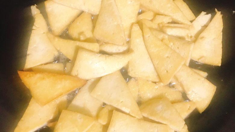 家常烧豆腐,煎成这样都是两面金黄色,大概煎了好几分钟吧