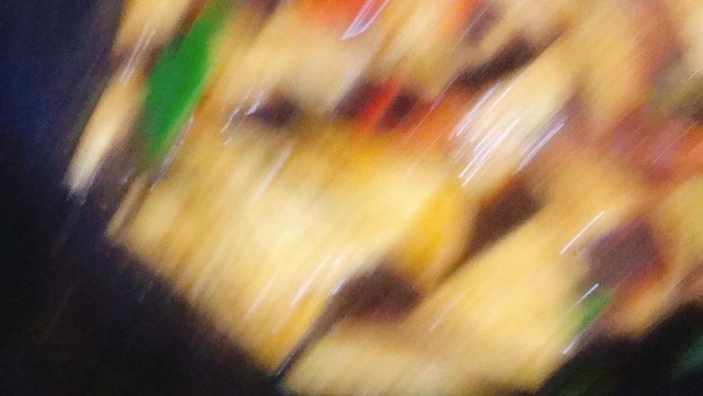 家常烧豆腐,倒入调好的料汁,翻炒均匀,不停的翻动,防止糊锅,这步没有拍好