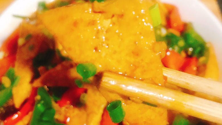 家常烧豆腐,每一块豆腐都是金黄闪亮,色泽诱人,看着就有食欲,超级好吃,两个孩子都说好吃,都吃了好多,孩子们喜欢吃就是对妈妈厨艺的肯定😄😄