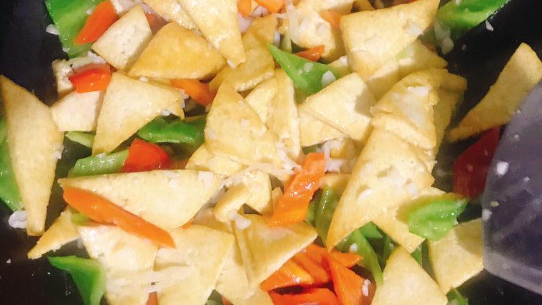 家常烧豆腐,下入煎好的豆腐继续翻炒片刻