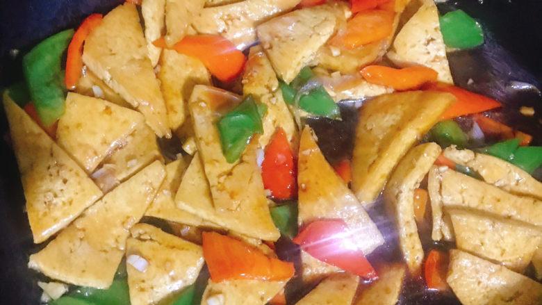 家常烧豆腐,翻炒片刻至汤汁浓稠即可