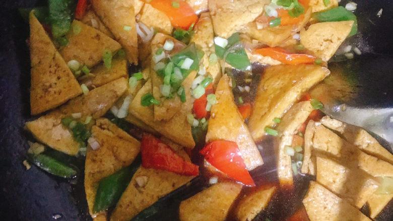 家常烧豆腐,撒上葱花翻炒均匀即可出锅