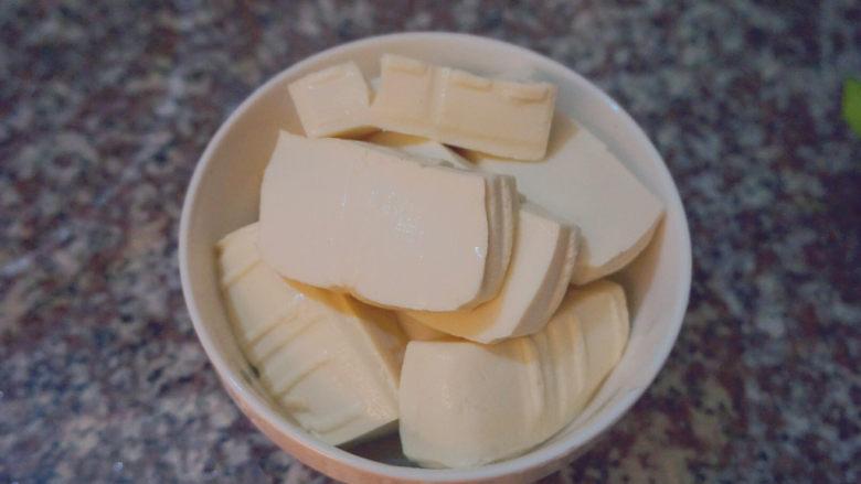 家常烧豆腐,泡洗过来去掉水