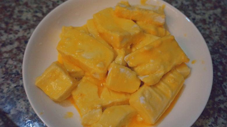 家常烧豆腐,这样豆腐都已经裹上面粉和蛋液啦~