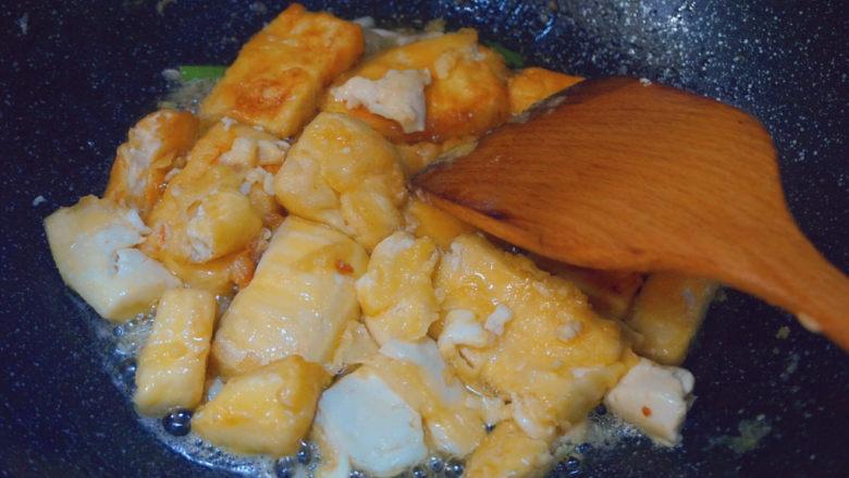 家常烧豆腐,倒入煎好的豆腐翻炒2分钟