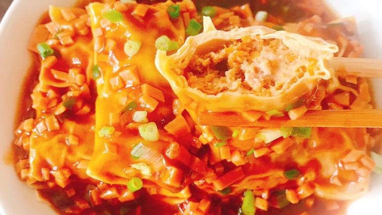 千张包肉,是不是看着就很想吃,咬上一口,肉馅的鲜美,汤汁流一嘴巴,千张韧性有嚼劲,真是色香俱全,太好吃了😋