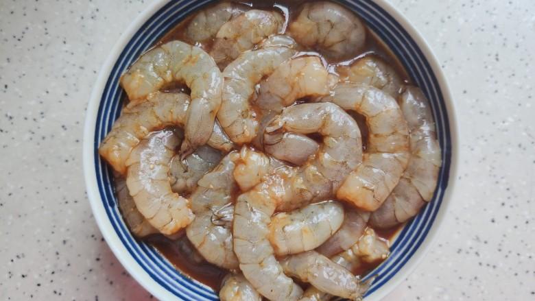 丝瓜炒虾仁,虾仁洗净,加少许料酒,生抽,一小勺淀粉,少许细砂糖,几滴食用油,抓均匀,腌制备用