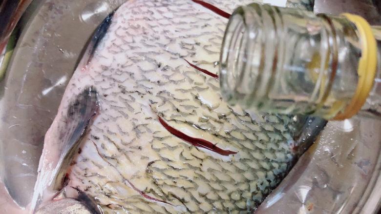 葱油鳊鱼,鱼身和鱼肚子里撒上盐、<a style='color:red;display:inline-block;' href='/shicai/ 718'>料酒</a>。