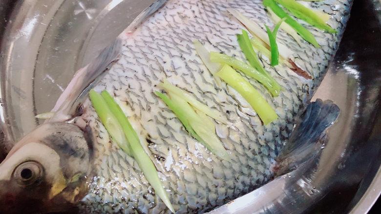 葱油鳊鱼,锅中加入水,将鱼盘放入锅中,盖盖儿,大火蒸10分钟。