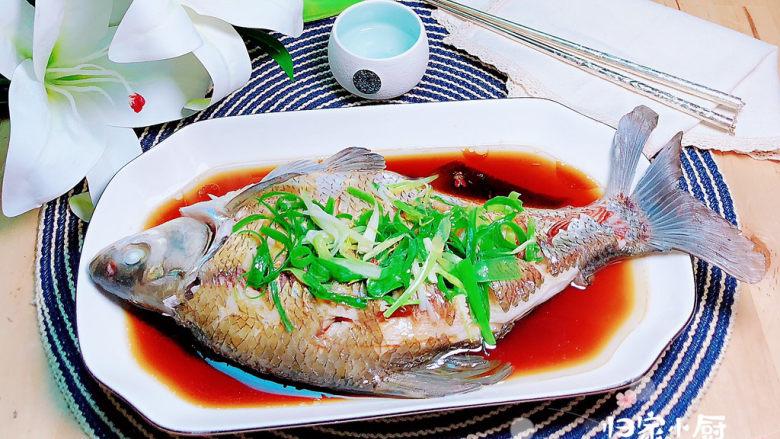葱油鳊鱼,一盘鲜嫩的葱香鳊鱼就上桌了!