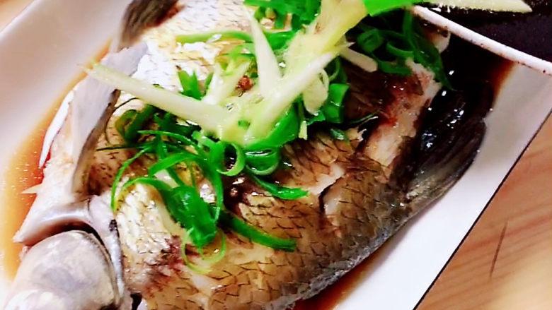 葱油鳊鱼,将葱油浇在鱼身上,会发出滋啦的声音。