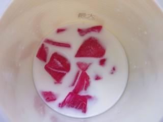 火龙果奶香馒头,放入榨汁杯,加入纯牛奶榨成汁。