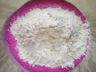 火龙果奶香馒头,加入高筋面粉。