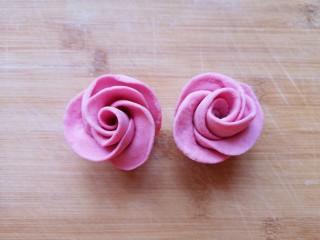 火龙果奶香馒头,切面朝下,整理一下玫瑰花的花瓣,漂亮的玫瑰花馒头就做好了,依次做好剩下的面团。