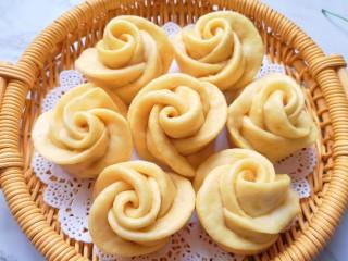 火龙果奶香馒头,哈哈!出锅的玫瑰花变色了。