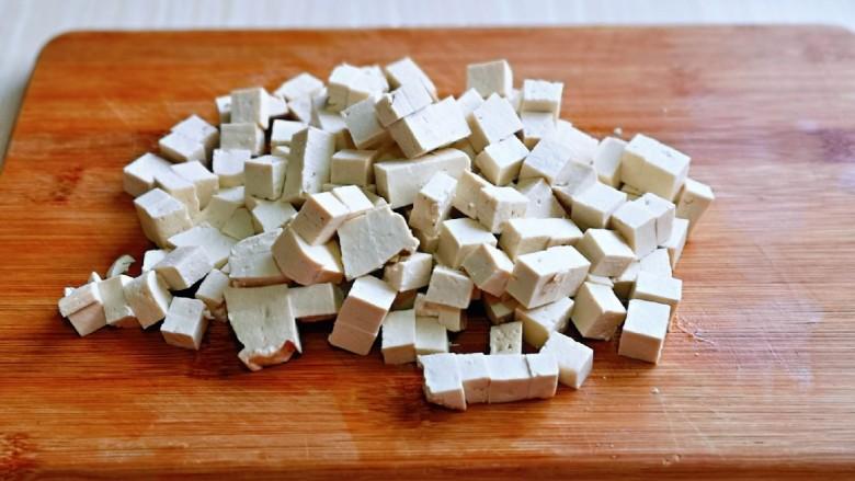 家常烧豆腐,<a style='color:red;display:inline-block;' href='/shicai/ 476'>北豆腐</a>冷水冲洗干净,再切小块。