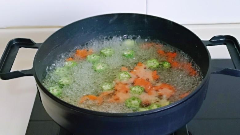 家常烧豆腐,胡萝卜与秋葵焯水,水烧开后下入,大火煮30秒捞出过冷水。