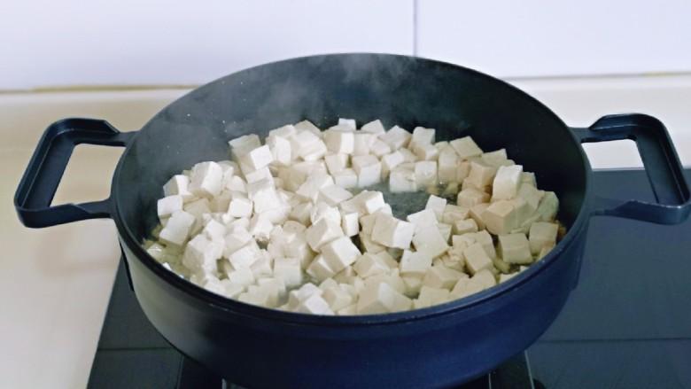 家常烧豆腐,再加入焯水的豆腐块。