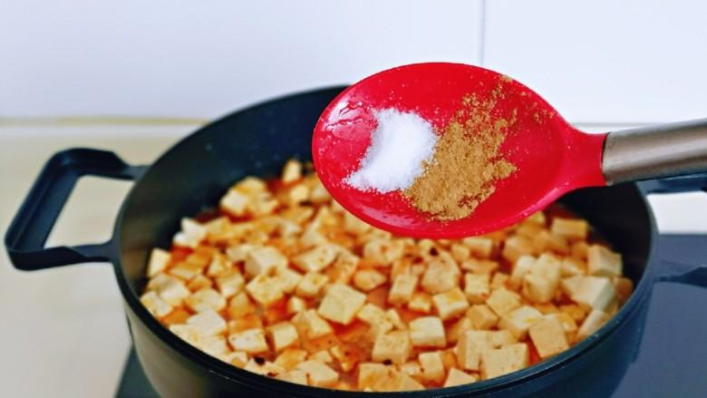 家常烧豆腐,再按个人口味加入盐,<a style='color:red;display:inline-block;' href='/shicai/ 829'>十三香</a>。