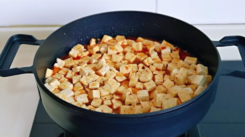 家常烧豆腐,加入调好的酱料。