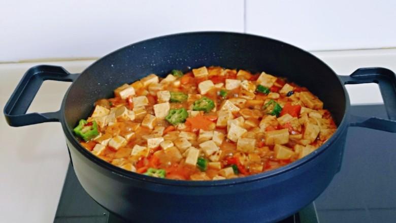 家常烧豆腐,大火烧开煮1分钟关火出锅。