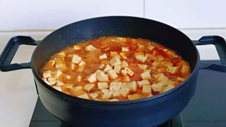 家常烧豆腐,加入一小碗纯净水,轻轻翻动均匀,大火烧开。
