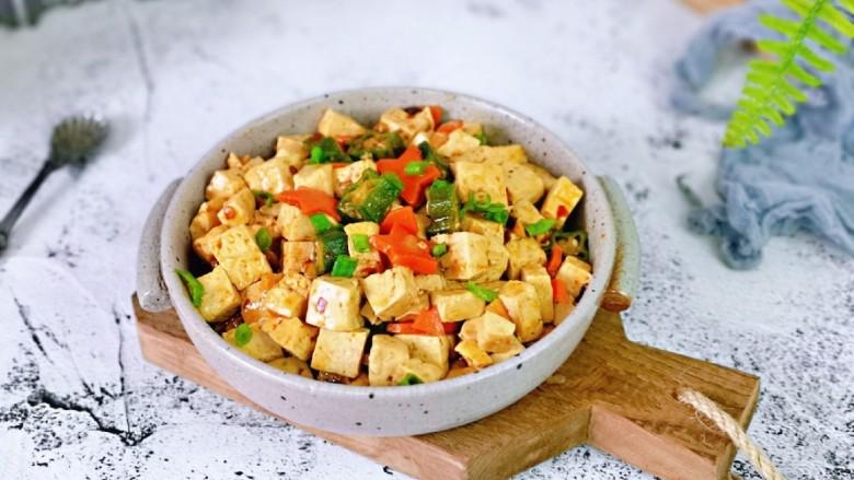 家常烧豆腐,盛出装盘。