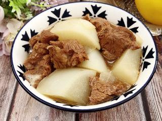 牛腱子炖萝卜,装入碗中即可食用。