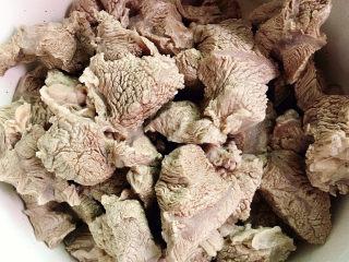 牛腱子炖萝卜,沥干水分备用