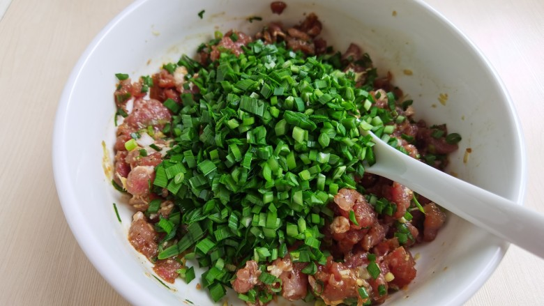 韭菜锅贴,加入切好的韭菜,先不要搅拌,等到要包锅贴时再拌匀。
