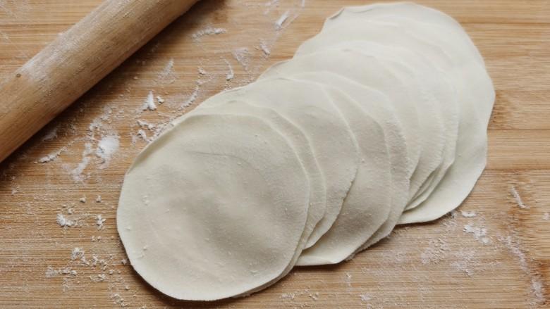 韭菜锅贴,擀成跟饺子皮一样大小的圆面皮。图省事的话直接买饺子皮也可以。